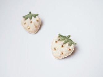 [在庫あり・数日で発送可]小さなイチゴの刺繍ブローチ(white)の画像