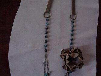 革コサージュ付き天然石ネックレスの画像