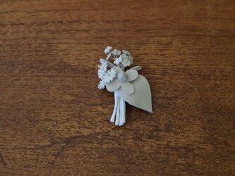 革ブローチ 白いミニブーケの画像
