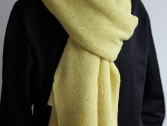 手編み機で編んだ カシミヤ100%の大判ストール イエローの画像