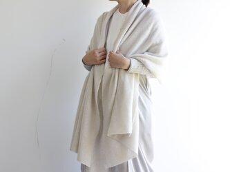 手編み機で編んだ カシミヤ100%の大判ストール ホワイトの画像