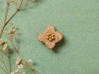 小花10(ナチュラル、つぶ) 陶土ブローチの画像