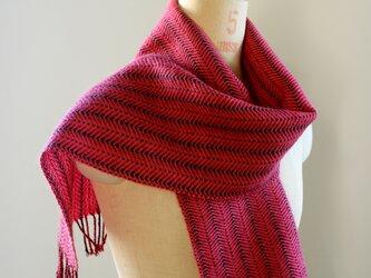 手織り コチニール染めによるウールのマフラーの画像