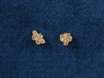 K18モンキチョウと花 ピアスの画像