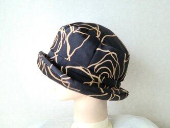 魅せる帽子☆アシンメトリープリント柄のクロッシュ~ブラックの画像