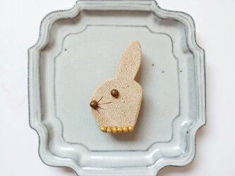 オシャレうさぎ8(ナチュラル) 陶土ブローチの画像