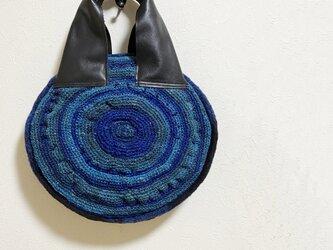 もこもこ編みの丸いぺたんこかばんの画像
