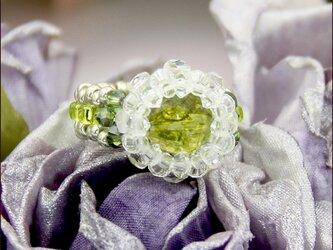 水晶ペリドットカラーのお花リング(水晶とスワロフスキー ビーズリング)《ビーズアクセサリー》の画像