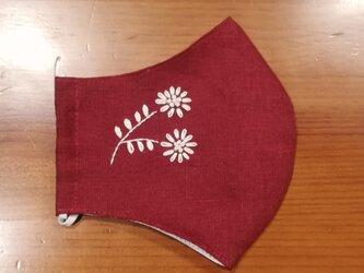 手刺繍☆きれいな横顔☆リネンの立体マスク(白い花、バーガンディ)の画像