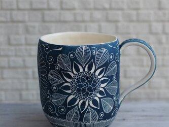 青いマグカップの画像