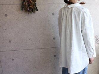 素材感際立つ綿麻生地のバックデザインタックシャツの画像