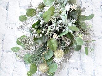 まるく まんまる おだやかに・・・ 藍色の実とまる葉ユーカリ スワッグ:白 グリーン 青緑 白 シルバー リボン の画像