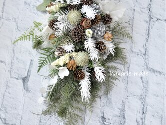 霧氷 木の実とコニファーのスワッグ:白 アンバーバーム 緑の画像