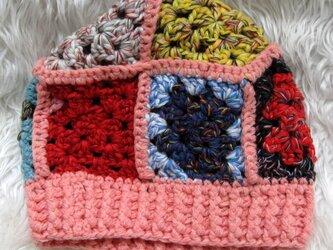 グラニースクエアのニット帽・マルチカラー&サーモンピンクの画像