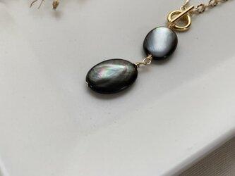宝石質ブラックシェルリアルストーンマンテルネックレスの画像