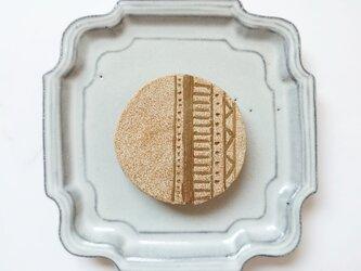 ベニワレン柄1(半柄) 陶土ブローチの画像