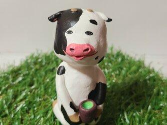 お茶を飲む牛さんの画像
