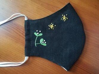 【再販】手刺繍☆きれいな横顔☆リネンの立体マスク(星と木の芽、黒)の画像