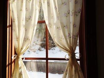 ジャガード織り♪紫の薔薇の両開きカフェカーテン (サテンリボンクリップ付き♪) 花柄の画像