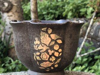 掻き落とし輪花鉢ⅲ ー 鳥と葉っぱの画像