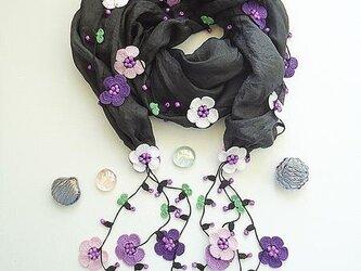 刺繍のお花つき シルクスカーフのロングラリエット ブラック&パープルの画像