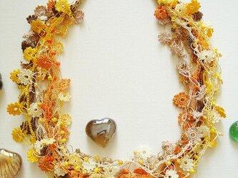 ビジューの刺繡ネックレス フラワー・ジュエル イエローミックスの画像
