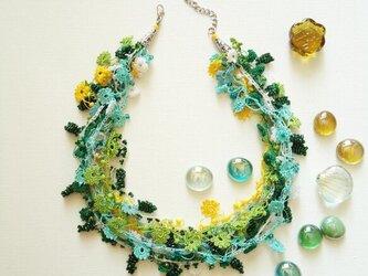 ビジューの刺繡ネックレス フラワー・ジュエル グリーンミックスの画像