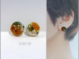20p035 まん丸ドライフラワーピアス(オレンジ&グリーン) ホムポムの画像