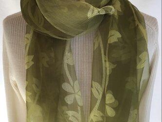 草木染め シルクストール 花模様 コブナグサ 緑 の画像