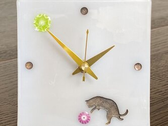 遊ぶ猫の小物時計(乳白色)の画像