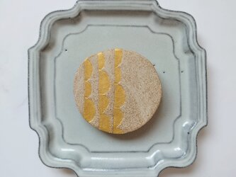 半円5(ナチュラル×ゴールド) 陶土ブローチの画像