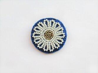 お花型ビーズ刺繍のブローチの画像