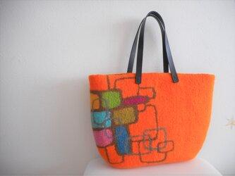 オレンジ色が美しいバッグの画像