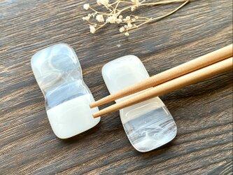 「層雲」白色とマーブルのシンプルなガラスの箸置き (2個セット)の画像