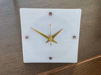 シンプルモダンな小物時計(乳白色)の画像