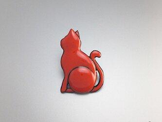 漆塗り 猫 ラペルピン ピンブローチ 朱漆 赤 猫モチーフ : 薄型キャッチ チェーン有 無 2個付の画像