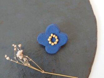 小花13(くすみブルー) 陶土ブローチの画像