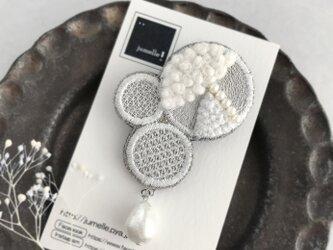 幾何学模様の刺繍ブローチ(ホワイト)【受注制作】の画像