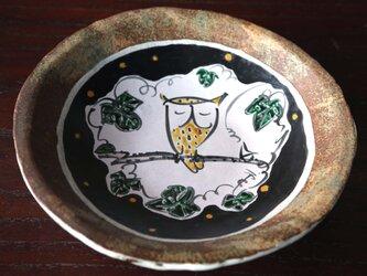 招福ふくろうの陶板皿の画像
