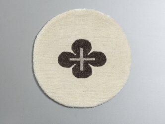 染めていない羊毛だけで織ったカーペット『クロスフラワー白地茶花』の画像