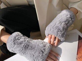 ¶ new antique fur ¶ ライトグレーラビット編み込みストレッチハンドウォーマーの画像