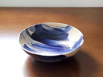 青い刷毛目模様の大鉢の画像