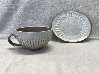粉引きのカップと楕円の小皿(細しのぎ柄)の画像