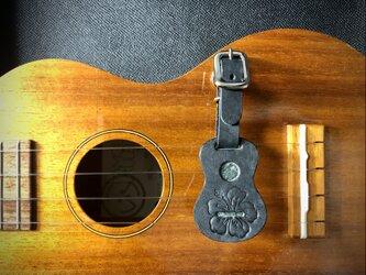 ウクレレ型の革タグ(ストラップ、キーホルダー)ブラック ハイビスカス柄の画像