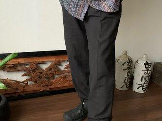 前身切り替えライン手織り綿メンズパンツ 前身頃を上下に切り替えラインが走るシャープな印象 黒無地の画像