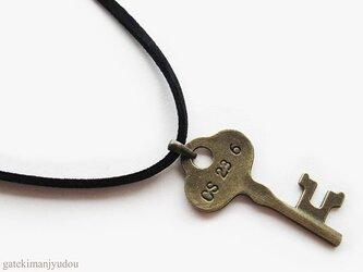鍵のレザー調コードネックレス【長さ変更可】の画像