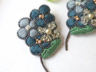 ぷっくりした小さなお花の集合体、オートクチュール刺繍のブローチ『アデル』の画像