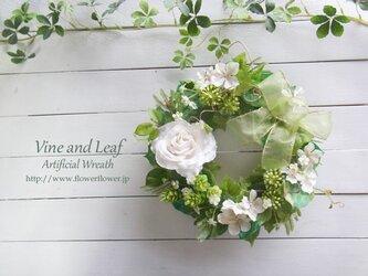 ホワイトローズとグリーンのリース〜長く飾れるアーティフィシャルリース[F211002]の画像