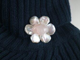 ホワイトシルバーの花びらと桜水晶の画像