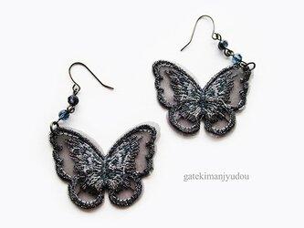 蝶の刺繍ピアス【イヤリング等変更可】の画像